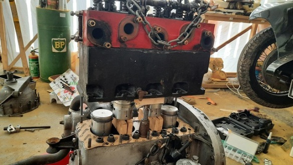 An engine block split to expose the pistons.